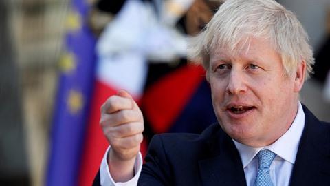 Britský premiér Boris Johnson se ostře pustil do migrantů.