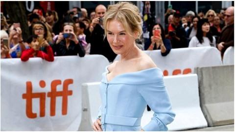 Renée Zellweger vyděsila fanoušky v Torontu. Nezdravě vyhublá kostnatá ramena,...