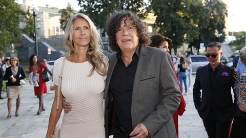 Rchard Genzer se svou krásnou partnerkou Pavlou na premiéře muzikálu Čarodějka.
