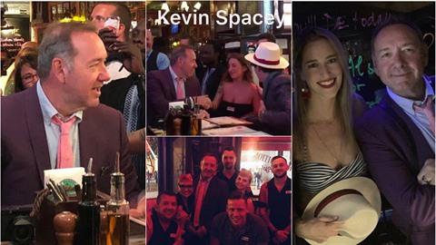 Kevin Spacey si takto užíval v Praze.