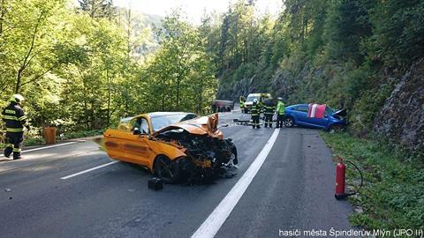 Sraz sportovních vozů skončil tragédií. Řidič Fordu Mustang vjel do protisměru...