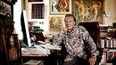 Karel Gott ve své pracovně, kde visí jeho obrazy, na stole podobenka milované...