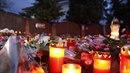 Před Gottovou vilou na Bertramce lidé neustále pokládají svíčky a květiny.