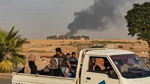Civilisté jsou nuceni opustit své domovy.