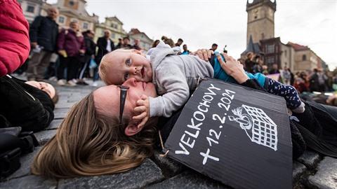 Děti se s matkami válely po špinavé a studené zemi. Prý šlo o protest za lepší...