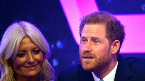 Princ Harry se rozplakal v televizní show. Musela ho utěšovat moderátorka.