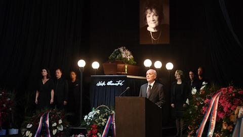 V Národním divadle probíhá pohřeb Vlasty Chramostové.
