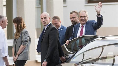 Prezident Miloš Zeman přijel do vojenské nemocnice ve Střešovicích ve velmi...