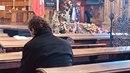 Jaromír po zádušní mši zůstal sám a modlil se za zesnulého Karla Gotta.