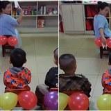 Názorně učitelka ukazuje, jak si utřít zadek.