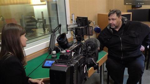 Moderátor Luboš Xaver Veselý měl návštěvu, do studia za ním přišla reportérka...