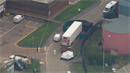 Britská policie našla v kamionu 39 mrtvol.