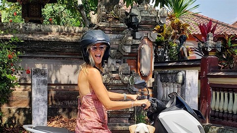 Helena Houdová dělá na Bali psí taxikářku. Dream job!