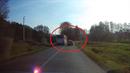 Řidič autobusu předjížděl na přejezdu, kde byla červená.