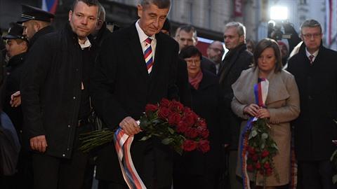 Premiér Andrej Babiš položil 17. listopadu 2019 kytici na Národní třídě v Praze...