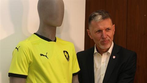 Trenér reprezentace Jaroslav Šilhavý představuje nový kontroverzní dres...