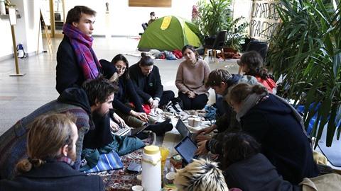 Studenti FF Univerzity Karlovy protestovali také proti rektorovi.