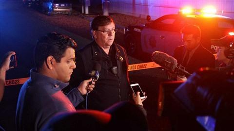 Policie ve městě Fresno řeší masakr, při kterém zemřeli minimálně čtyři lidé.