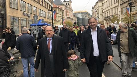 Václav Klaus schytal od lidí na Národní třídě řadu urážek.