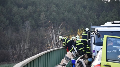 Řidiče autobusu museli vyprošťovat hasiči.