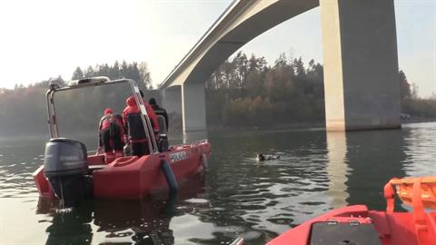 Obě těla byla nalezena na dně vodní nádrže.