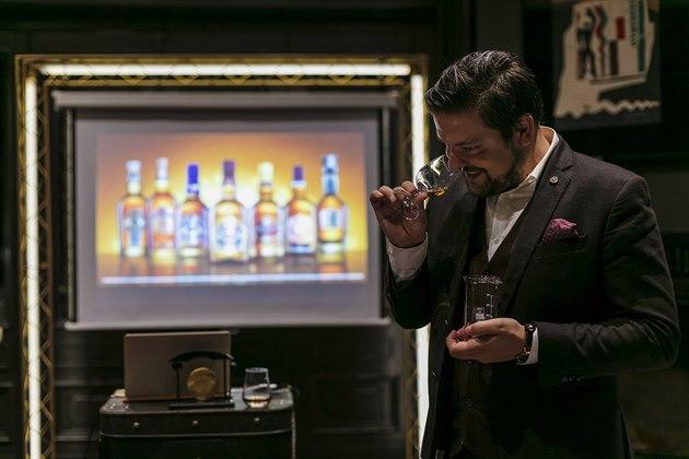 Po dokonalém seznámení s jednotlivými druhy whisky, kdy jsou hosté zasvěcení do rozeznávání rozdílů mezi grain a single malt whisky a kdy se dozvědí tajemství jejich výroby, chuťových profilů a rolí, které hrají v procesu blendování, dostanou sami možnost namíchat si svůj vlastní blend.