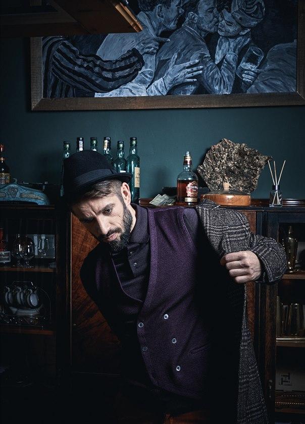 Kostkovaný kabát ze směsi vlny a alpaky (18 550 Kč) Eduard Dressler, fialová vlněná vesta z úpletu (6950 Kč) Gran Sasso, oboje Cielo. Fialové polo triko ze směsi kašmíru a hedvábí (24 410 Kč) Ermenegildo Zegna. Klobouk modela vlastní.