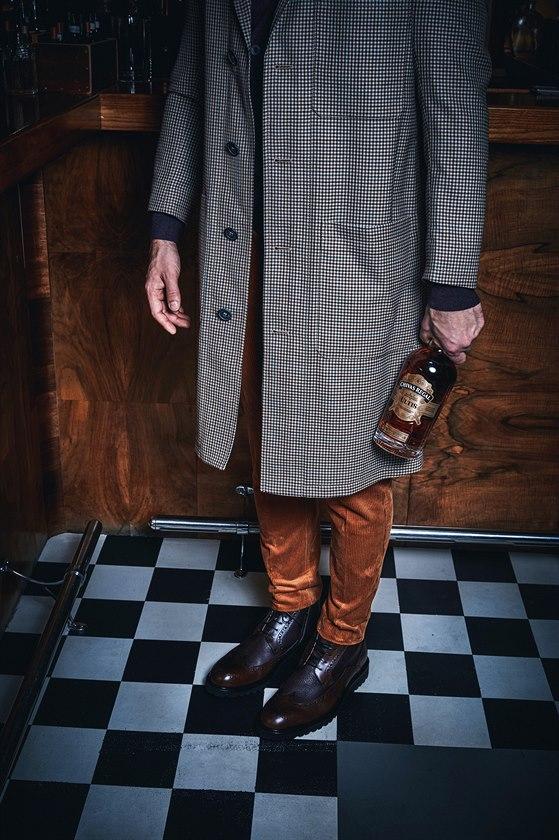 Lehký kostkovaný vlněný plášť (33 400 Kč) Vivienne Westwood, světle hnědé manšestráky (2860 Kč) Samsøe & Samsøe, Zalando.