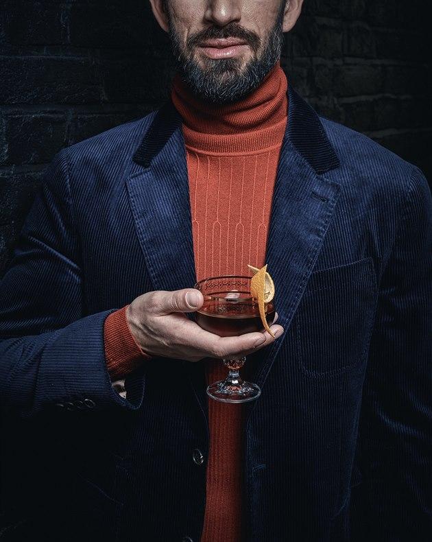 Tmavě modré manšestrové sako (65 020 Kč) Brunello Cucinelli, cihlově červený rolák ze směsi bavlny a vlny (4290 Kč) Hugo Boss.