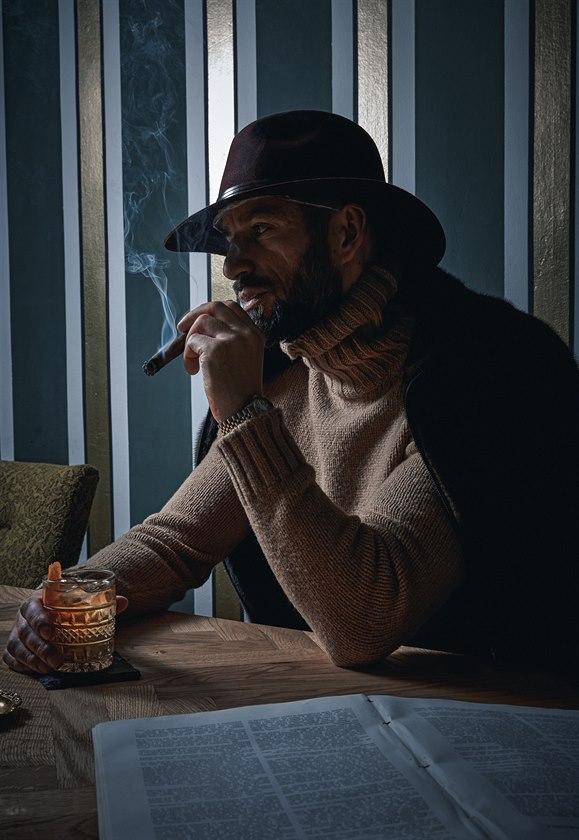 Plstěný klobouk (2730 Kč) Tonak, norková bunda (190 000 Kč) Inès & Maréchal, béžový svetr z velbloudí srsti (27 330 Kč) Ermenegildo Zegna, hodinky Rolex Datejust (info o ceně v obchodě).