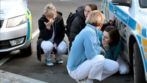 Zaměstnanci nemocnice se během útoku schovávali před útočníkem.