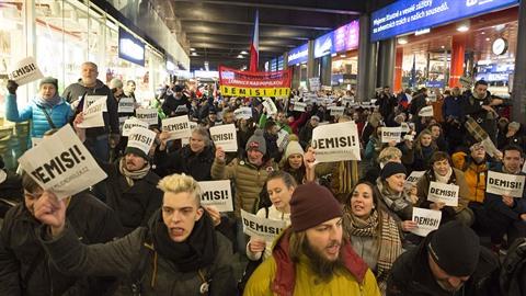 Na Václavském náměstí se demonstrující sešli k takzvanému hlasitému pochodu,...