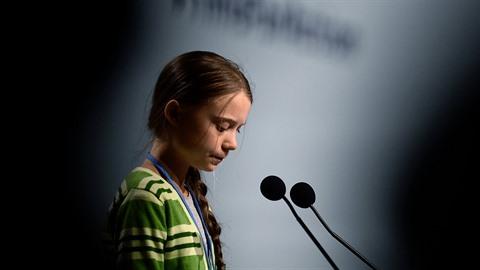Kam se poděly ty bojovné výroky mladé Grety Thunbergové? Jakoby teď byla na...
