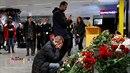 Na letiště v Kyjevě lidé přinášejí květiny a zaplují svíčky.