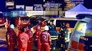 Na místě zahynulo šest lidí, zbylých jedenáct bylo vážně zraněno.