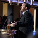 Ricky Gervais si servítky nikdy nebere.