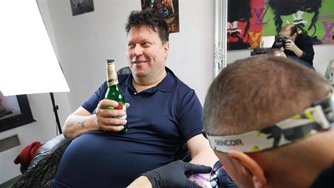 Timo Tolkki v tetovacím salonu