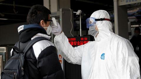 Koronavirus má v Číně už desítky obětí. První nemocní se objevují už i v Evropě.