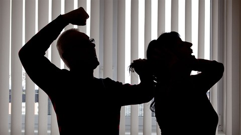 Žárlivý muž násilím oloupil přítelkyni o mobilní telefon. (Ilustrační foto)