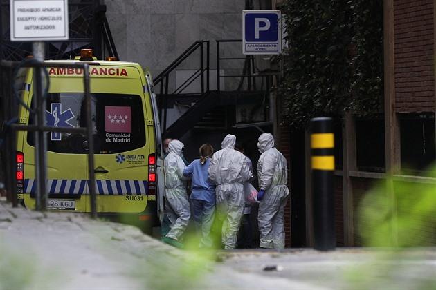 Nemocnice ve Španělsku pandemii koronaviru nezvládají.