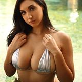 Toto je sestra slavné pornoherečky.