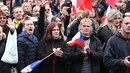 Protest na Staroměstském náměstí: Bez roušek a proti nim, nebchyběla ani Jana...