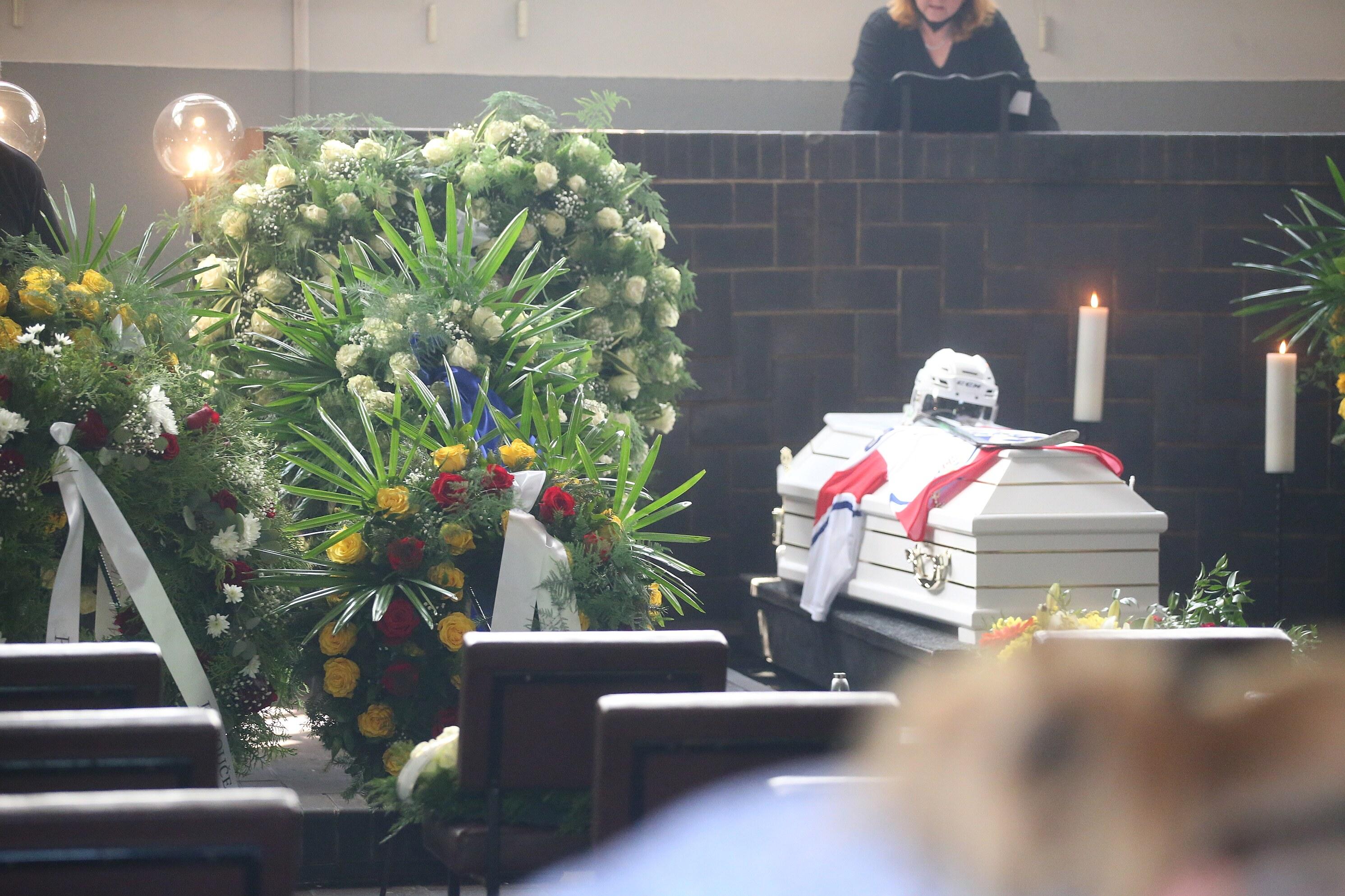 Rodina Markovi Trončinskému přinesla helmu, hokejku a dres.