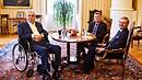 Miloš Zeman si při návštěvě Petra Fialy a Pavla Blažka neodpustil bílé víno.