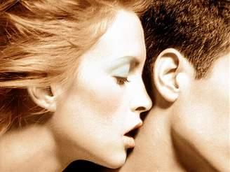 ženy dávají muži hlavu