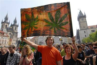 Účastníci demonstrace Million Marihuana March v Praze.