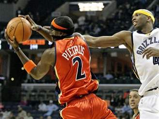 Memphis - Golden State: Pietrus (vlevo) a Swift