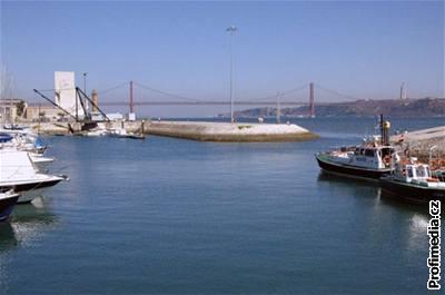 Portugalsko - most na přístavem v Lisabonu