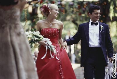 6fabf1bb8918 Nevěsta nemusí být vždy bílá aneb jaké svatební šaty teď letí - iDNES.cz