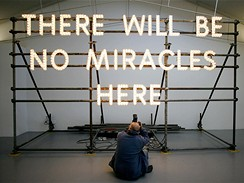 Nathan Coley - instalace There Will Be No Miracles Here